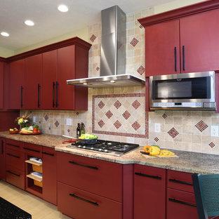 Geschlossene, Große Klassische Küche mit Unterbauwaschbecken, flächenbündigen Schrankfronten, roten Schränken, Granit-Arbeitsplatte, Küchenrückwand in Beige, Rückwand aus Travertin, Küchengeräten aus Edelstahl, Porzellan-Bodenfliesen, Kücheninsel und beigem Boden in Sonstige