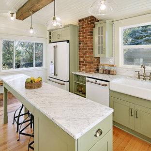 Idéer för avskilda, stora amerikanska flerfärgat kök, med en rustik diskho, gröna skåp, vitt stänkskydd, vita vitvaror, mellanmörkt trägolv, en köksö och brunt golv