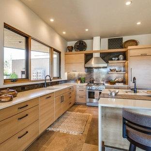 Inspiration för mellanstora rustika kök, med släta luckor, skåp i ljust trä, en köksö, bänkskiva i koppar, brunt stänkskydd, stänkskydd i sten, färgglada vitvaror, en undermonterad diskho, travertin golv och beiget golv