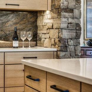 Esempio di una cucina stile rurale di medie dimensioni con lavello sottopiano, ante lisce, ante in legno chiaro, top in superficie solida, paraspruzzi marrone, paraspruzzi in lastra di pietra, elettrodomestici colorati, pavimento in travertino e isola