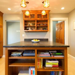 Große, Geschlossene Moderne Küche in L-Form mit Waschbecken, Schrankfronten im Shaker-Stil, hellbraunen Holzschränken, Speckstein-Arbeitsplatte, bunter Rückwand, Rückwand aus Mosaikfliesen, Küchengeräten aus Edelstahl, Vinylboden und Halbinsel in Boston