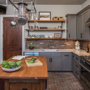 Неиссякаемый источник вдохновения для домашнего уюта: большая угловая, отдельная кухня в стиле современная классика с врезной раковиной, серыми фасадами, столешницей из акрилового камня, техникой из нержавеющей стали, кирпичным полом, островом, фасадами в стиле шейкер, фартуком из кирпича, коричневым фартуком и коричневым полом