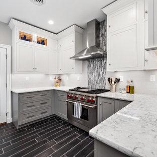 Foto di una cucina ad U chic con ante in stile shaker, ante grigie, paraspruzzi bianco, paraspruzzi con piastrelle diamantate, elettrodomestici in acciaio inossidabile, pavimento nero e top bianco