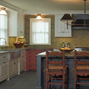 Modelo de cocina de estilo de casa de campo con fregadero sobremueble, suelo de pizarra y salpicadero de pizarra