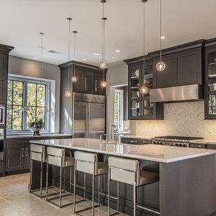 Mittelgroße Klassische Küche in L-Form mit Landhausspüle, Schrankfronten im Shaker-Stil, Küchenrückwand in Weiß, Küchengeräten aus Edelstahl, Kücheninsel, Rückwand aus Steinfliesen, Porzellan-Bodenfliesen und schwarzen Schränken in Sonstige