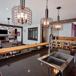Zweizeilige, Mittelgroße Industrial Wohnküche mit Unterbauwaschbecken, flächenbündigen Schrankfronten, roten Schränken, Quarzwerkstein-Arbeitsplatte, Küchenrückwand in Grau, Rückwand aus Metallfliesen, Küchengeräten aus Edelstahl, braunem Holzboden und Kücheninsel in Montreal