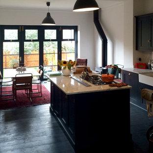 ロンドンの小さいヴィクトリアン調のおしゃれなキッチン (エプロンフロントシンク、シェーカースタイル扉のキャビネット、青いキャビネット、大理石カウンター、石スラブのキッチンパネル、シルバーの調理設備の、塗装フローリング) の写真