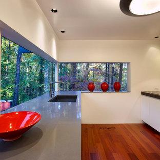 Ejemplo de cocina minimalista con salpicadero de azulejos en listel, salpicadero gris, armarios con paneles lisos, puertas de armario blancas y fregadero bajoencimera