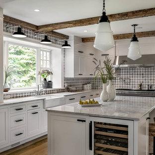 Bild på ett mellanstort vintage kök, med en köksö
