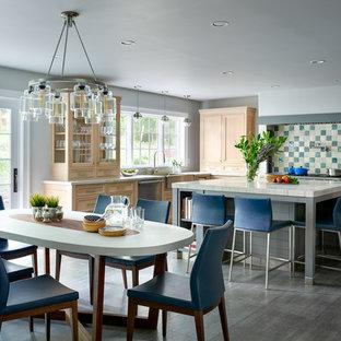 Idee per una cucina abitabile classica con lavello sottopiano, ante con riquadro incassato, ante in legno chiaro, paraspruzzi multicolore, paraspruzzi con piastrelle a mosaico, isola e pavimento grigio
