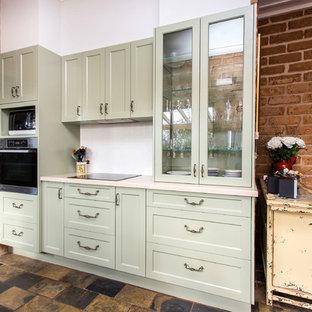 Idee per una piccola cucina parallela country con lavello a doppia vasca, ante in stile shaker, ante verdi, top in superficie solida, paraspruzzi bianco, paraspruzzi con piastrelle di metallo, pavimento in ardesia, pavimento multicolore e top beige