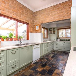 他の地域の小さいカントリー風おしゃれなII型キッチン (ダブルシンク、シェーカースタイル扉のキャビネット、緑のキャビネット、人工大理石カウンター、白いキッチンパネル、メタルタイルのキッチンパネル、スレートの床、マルチカラーの床、ベージュのキッチンカウンター) の写真