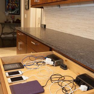 ニューヨークの大きいコンテンポラリースタイルのおしゃれなキッチン (ダブルシンク、フラットパネル扉のキャビネット、中間色木目調キャビネット、御影石カウンター、ベージュキッチンパネル、セラミックタイルのキッチンパネル、シルバーの調理設備の、セラミックタイルの床) の写真
