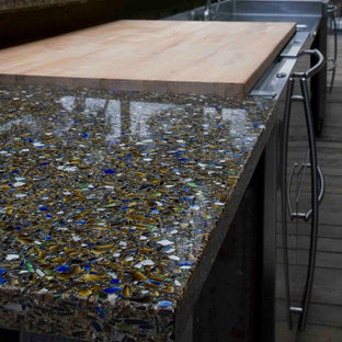 Imagen de cocina rural con encimera de vidrio reciclado