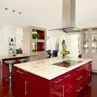 Offene, Einzeilige, Große Moderne Küche mit flächenbündigen Schrankfronten, Granit-Arbeitsplatte, dunklem Holzboden, zwei Kücheninseln, roten Schränken, braunem Boden und beiger Arbeitsplatte in Charleston