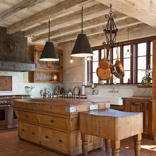 Idéer för ett mellanstort lantligt vit kök, med en rustik diskho, skåp i shakerstil, skåp i slitet trä, vitt stänkskydd, stänkskydd i sten, integrerade vitvaror, klinkergolv i terrakotta, en köksö, rött golv och marmorbänkskiva