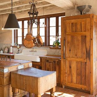 ナッシュビルの中くらいのカントリー風おしゃれなキッチン (エプロンフロントシンク、シェーカースタイル扉のキャビネット、パネルと同色の調理設備、ヴィンテージ仕上げキャビネット、大理石カウンター、白いキッチンパネル、石スラブのキッチンパネル、テラコッタタイルの床、赤い床、白いキッチンカウンター) の写真
