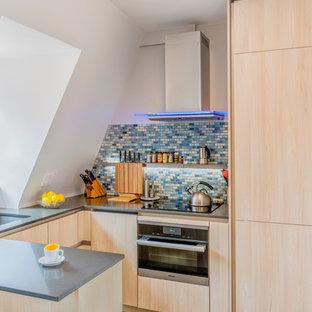ボストンの小さいコンテンポラリースタイルのおしゃれなキッチン (アンダーカウンターシンク、フラットパネル扉のキャビネット、淡色木目調キャビネット、クオーツストーンカウンター、マルチカラーのキッチンパネル、モザイクタイルのキッチンパネル、シルバーの調理設備、スレートの床、マルチカラーの床) の写真