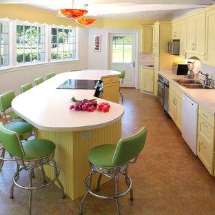 他の地域の中サイズのヴィクトリアン調のおしゃれなキッチン (ドロップインシンク、黄色いキャビネット、ラミネートカウンター) の写真