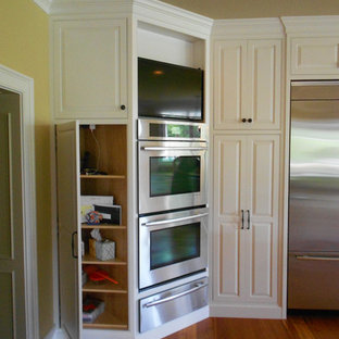 Traditional kitchen inspiration - Example of a classic kitchen design in Richmond