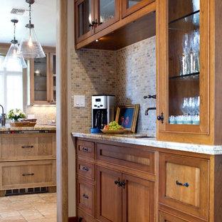 ロサンゼルスのトラディショナルスタイルのおしゃれなキッチン (ガラス扉のキャビネット、モザイクタイルのキッチンパネル、中間色木目調キャビネット、マルチカラーのキッチンパネル) の写真