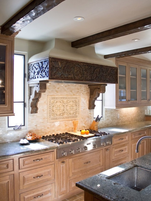 Shaker mantle style range hood kitchen design ideas for Spanish style kitchen backsplash