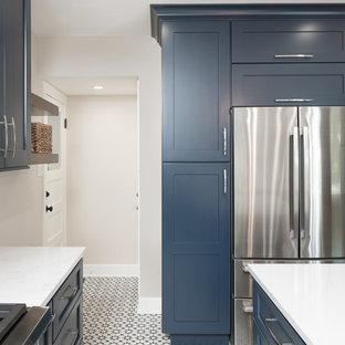 シアトルの小さいエクレクティックスタイルのおしゃれなキッチン (エプロンフロントシンク、レイズドパネル扉のキャビネット、青いキャビネット、珪岩カウンター、白いキッチンパネル、セラミックタイルのキッチンパネル、シルバーの調理設備の、セメントタイルの床、黒い床) の写真