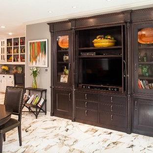 Cette photo montre une grande cuisine américaine chic en U avec un placard avec porte à panneau encastré, des portes de placard blanches, un plan de travail en granite, une crédence marron, une crédence en carrelage de pierre, un électroménager noir, un sol en marbre, un îlot central, un évier 3 bacs et un sol multicolore.