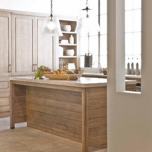 ボストンのトラディショナルスタイルのおしゃれなキッチン (淡色木目調キャビネット、ライムストーンカウンター) の写真