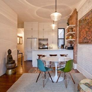 ニューヨークの小さいエクレクティックスタイルのおしゃれなキッチン (アンダーカウンターシンク、シェーカースタイル扉のキャビネット、白いキャビネット、大理石カウンター、白いキッチンパネル、サブウェイタイルのキッチンパネル、白い調理設備、無垢フローリング、茶色い床) の写真