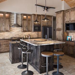 Idéer för ett rustikt svart l-kök, med skåp i shakerstil, skåp i mörkt trä, beige stänkskydd, stänkskydd i stickkakel, svarta vitvaror, en köksö och beiget golv