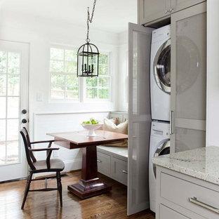 Idee per una cucina chic di medie dimensioni con ante grigie, lavello sottopiano, top in granito, paraspruzzi bianco, paraspruzzi con piastrelle diamantate, elettrodomestici in acciaio inossidabile, pavimento in legno massello medio e isola