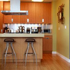 Modern Kitchen by Debra Kling Colour Consultant