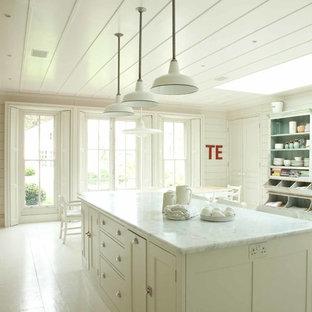 Shabby-Look Küche mit offenen Schränken, Schränken im Used-Look, gebeiztem Holzboden und Kücheninsel in London