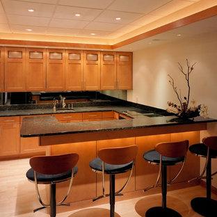 フィラデルフィアのアジアンスタイルのおしゃれなコの字型キッチン (中間色木目調キャビネット、木材カウンター、ミラータイルのキッチンパネル、淡色無垢フローリング) の写真