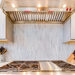 バーミングハムの大きいモダンスタイルのおしゃれなキッチン (アンダーカウンターシンク、落し込みパネル扉のキャビネット、グレーのキャビネット、マルチカラーのキッチンパネル、大理石の床、シルバーの調理設備の、セラミックタイルの床、白い床、白いキッチンカウンター、クオーツストーンカウンター) の写真