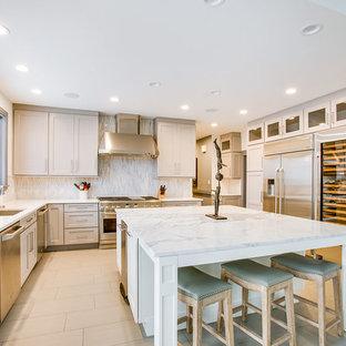バーミングハムの広いモダンスタイルのおしゃれなキッチン (アンダーカウンターシンク、落し込みパネル扉のキャビネット、グレーのキャビネット、大理石カウンター、マルチカラーのキッチンパネル、大理石のキッチンパネル、シルバーの調理設備、セラミックタイルの床、白いキッチンカウンター、白い床) の写真