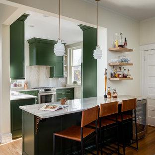 Kleine Klassische Wohnküche in L-Form mit Waschbecken, Schrankfronten mit vertiefter Füllung, grünen Schränken, Quarzit-Arbeitsplatte, Küchenrückwand in Grau, Rückwand aus Stein, Küchengeräten aus Edelstahl, braunem Holzboden, Halbinsel und grauer Arbeitsplatte in Louisville