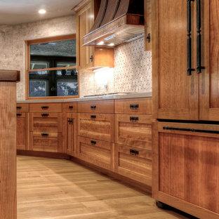 Foto på ett mellanstort amerikanskt kök, med en rustik diskho, skåp i shakerstil, skåp i mellenmörkt trä, träbänkskiva, vitt stänkskydd, stänkskydd i stenkakel, färgglada vitvaror, ljust trägolv och en köksö