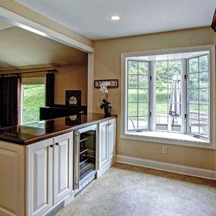 フィラデルフィアの大きいトラディショナルスタイルのおしゃれなキッチン (シングルシンク、落し込みパネル扉のキャビネット、中間色木目調キャビネット、御影石カウンター、ベージュキッチンパネル、大理石の床、シルバーの調理設備の、クッションフロア、マルチカラーの床、ベージュのキッチンカウンター) の写真