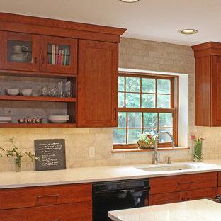 他の地域のトランジショナルスタイルのおしゃれなキッチン (アンダーカウンターシンク、シェーカースタイル扉のキャビネット、中間色木目調キャビネット、クオーツストーンカウンター、ベージュキッチンパネル、トラバーチンの床、シルバーの調理設備の、テラコッタタイルの床、赤い床、ベージュのキッチンカウンター) の写真