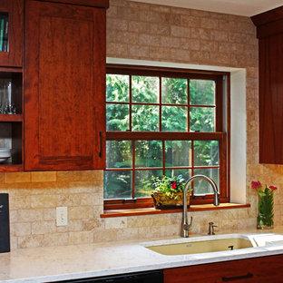 他の地域のトランジショナルスタイルのおしゃれなキッチン (アンダーカウンターシンク、シェーカースタイル扉のキャビネット、中間色木目調キャビネット、クオーツストーンカウンター、ベージュキッチンパネル、トラバーチンのキッチンパネル、シルバーの調理設備、テラコッタタイルの床、赤い床、ベージュのキッチンカウンター) の写真