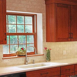 Klassische Wohnküche in L-Form mit Unterbauwaschbecken, Schrankfronten im Shaker-Stil, hellbraunen Holzschränken, Quarzwerkstein-Arbeitsplatte, Küchenrückwand in Beige, Rückwand aus Travertin, Küchengeräten aus Edelstahl, Terrakottaboden, Kücheninsel, rotem Boden und beiger Arbeitsplatte in Sonstige