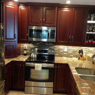 マイアミの大きいアジアンスタイルのおしゃれなキッチン (濃色木目調キャビネット、御影石カウンター、ガラスタイルのキッチンパネル、シルバーの調理設備の、ダブルシンク、レイズドパネル扉のキャビネット、茶色いキッチンパネル、セラミックタイルの床) の写真