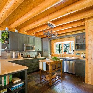 Свежая идея для дизайна: кухня в классическом стиле с фасадами с утопленной филенкой, техникой из нержавеющей стали, полом из сланца и фартуком из сланца - отличное фото интерьера