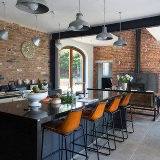Foto de cocina urbana, abierta, con fregadero bajoencimera, una isla y electrodomésticos blancos