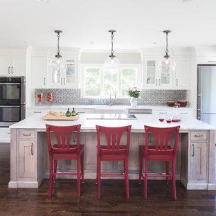 ニューヨークのトラディショナルスタイルのおしゃれなキッチン (エプロンフロントシンク、シェーカースタイル扉のキャビネット、白いキャビネット、大理石カウンター、グレーのキッチンパネル、セメントタイルのキッチンパネル、シルバーの調理設備、濃色無垢フローリング) の写真