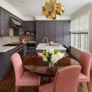 Idéer för vintage vitt kök, med en rustik diskho, skåp i shakerstil, bruna skåp, flerfärgad stänkskydd, stänkskydd i tunnelbanekakel, rostfria vitvaror, mellanmörkt trägolv och en köksö