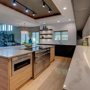 Foto de cocina comedor minimalista con puertas de armario grises, salpicadero blanco, una isla y encimeras amarillas