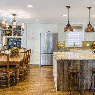 シカゴの中サイズのエクレクティックスタイルのおしゃれなキッチン (アンダーカウンターシンク、シェーカースタイル扉のキャビネット、白いキャビネット、御影石カウンター、緑のキッチンパネル、ガラスタイルのキッチンパネル、シルバーの調理設備の、無垢フローリング、茶色い床) の写真